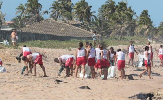 [Óleo nas praias: bombeiros realizam nova limpeza no Litoral Norte da Bahia]