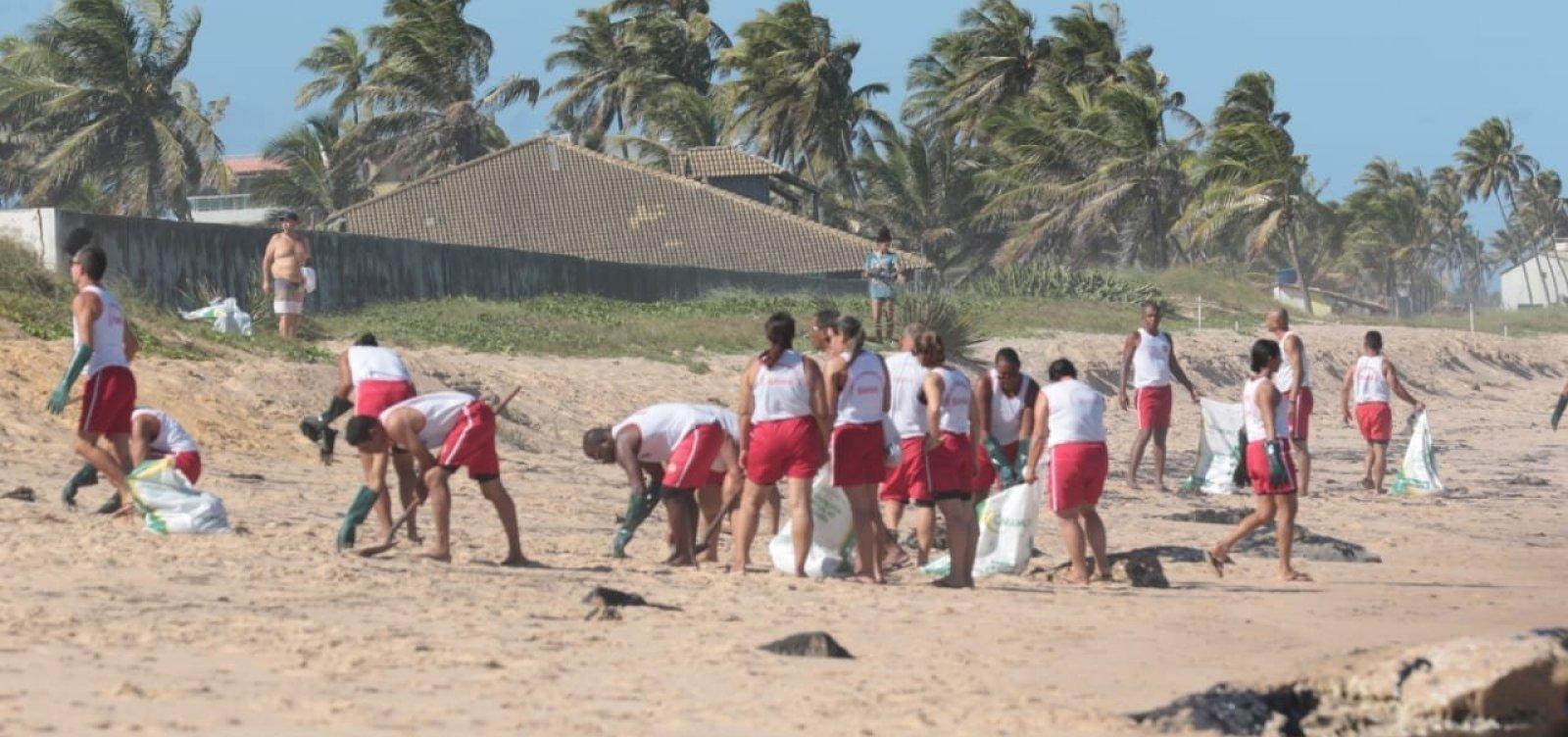 [Cerca de mil toneladas de óleo foram recolhidos nas praias do Nordeste, diz governo]