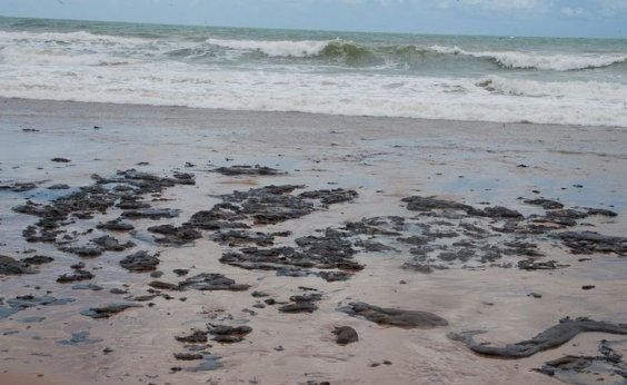 [Inema entrega materiais para limpeza das praias afetadas pelas manchas de óleo]