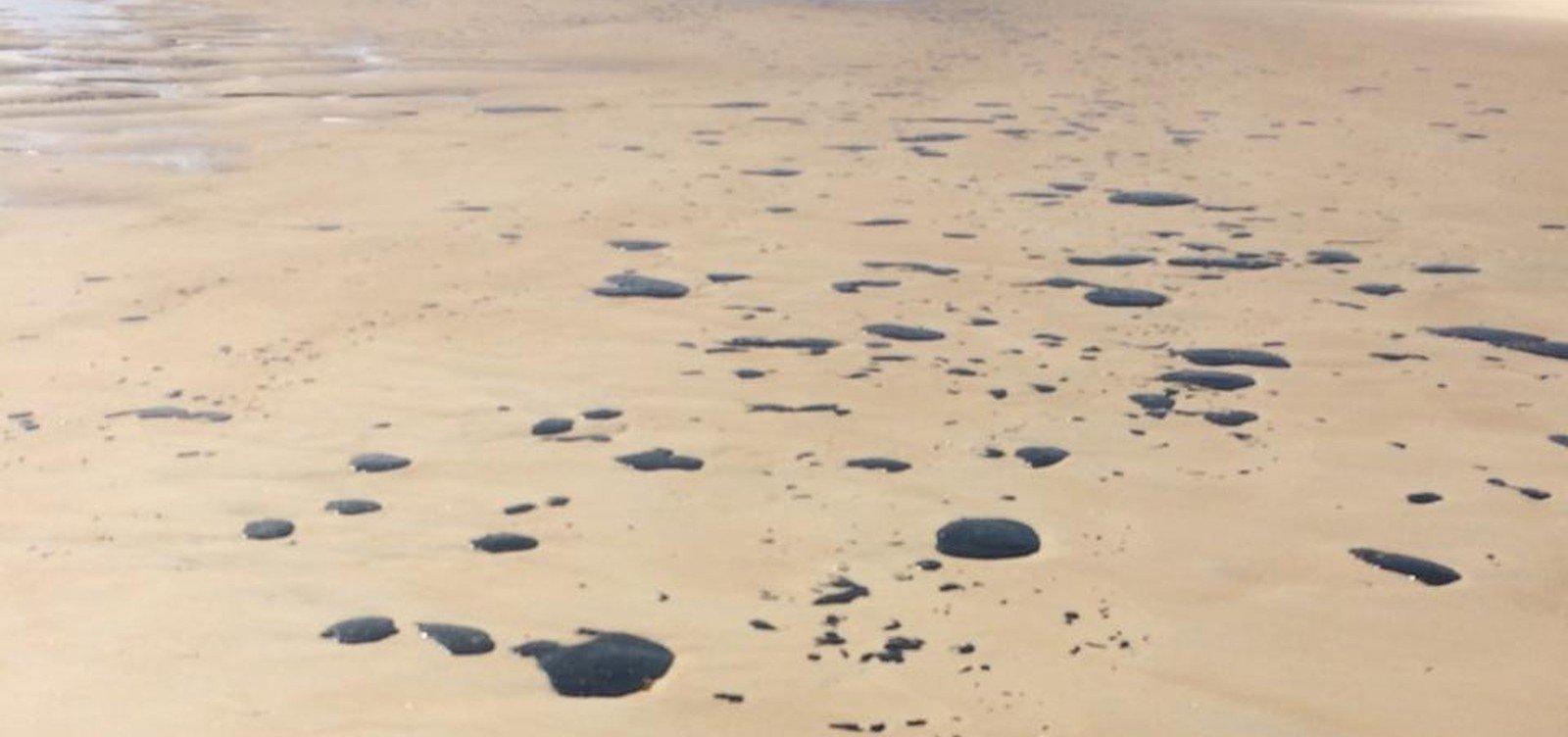 [Manchas de óleo chegam à Praia do Norte, em Ilhéus]