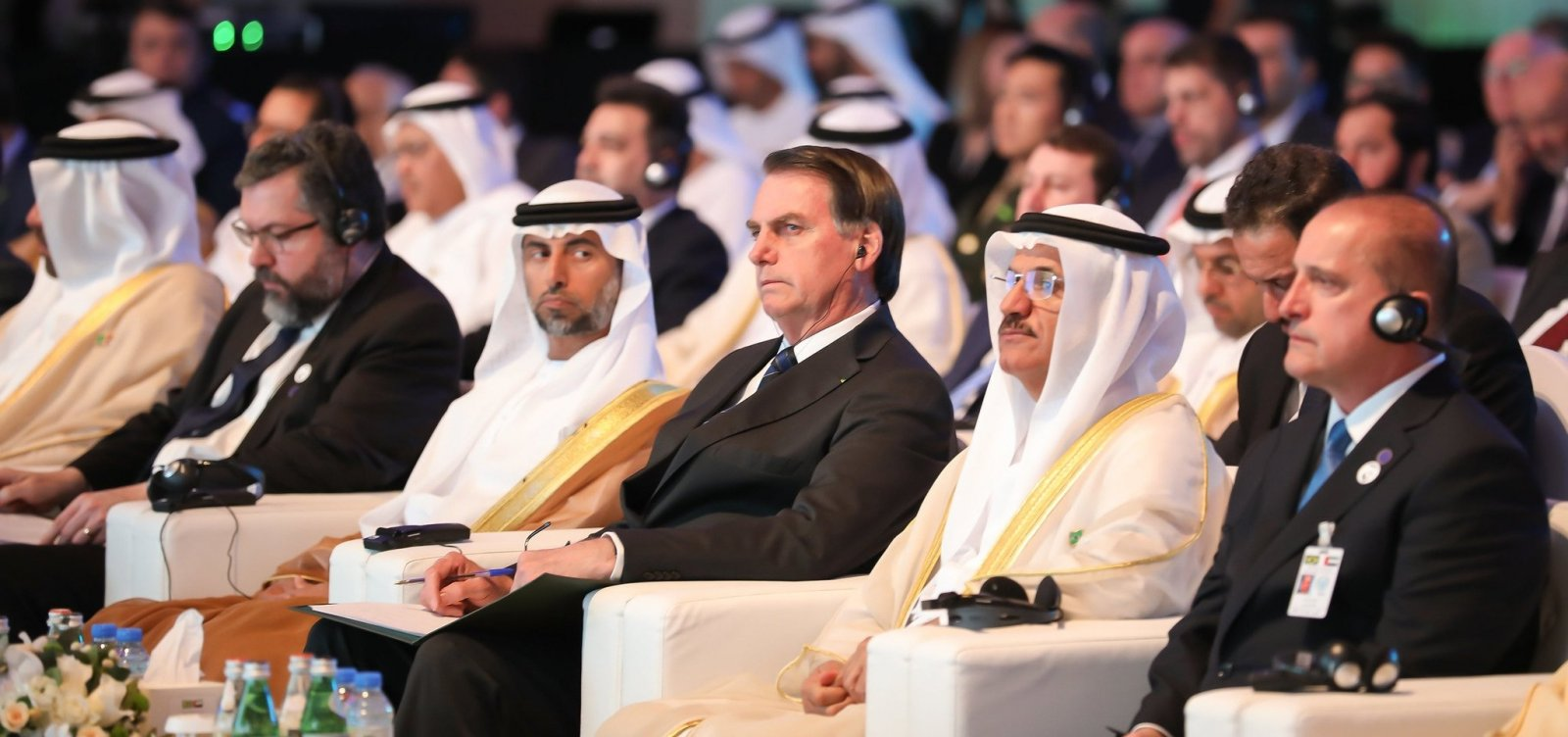 [Bolsonaro e xeique dos Emirados Árabes assinam acordo de comércio]
