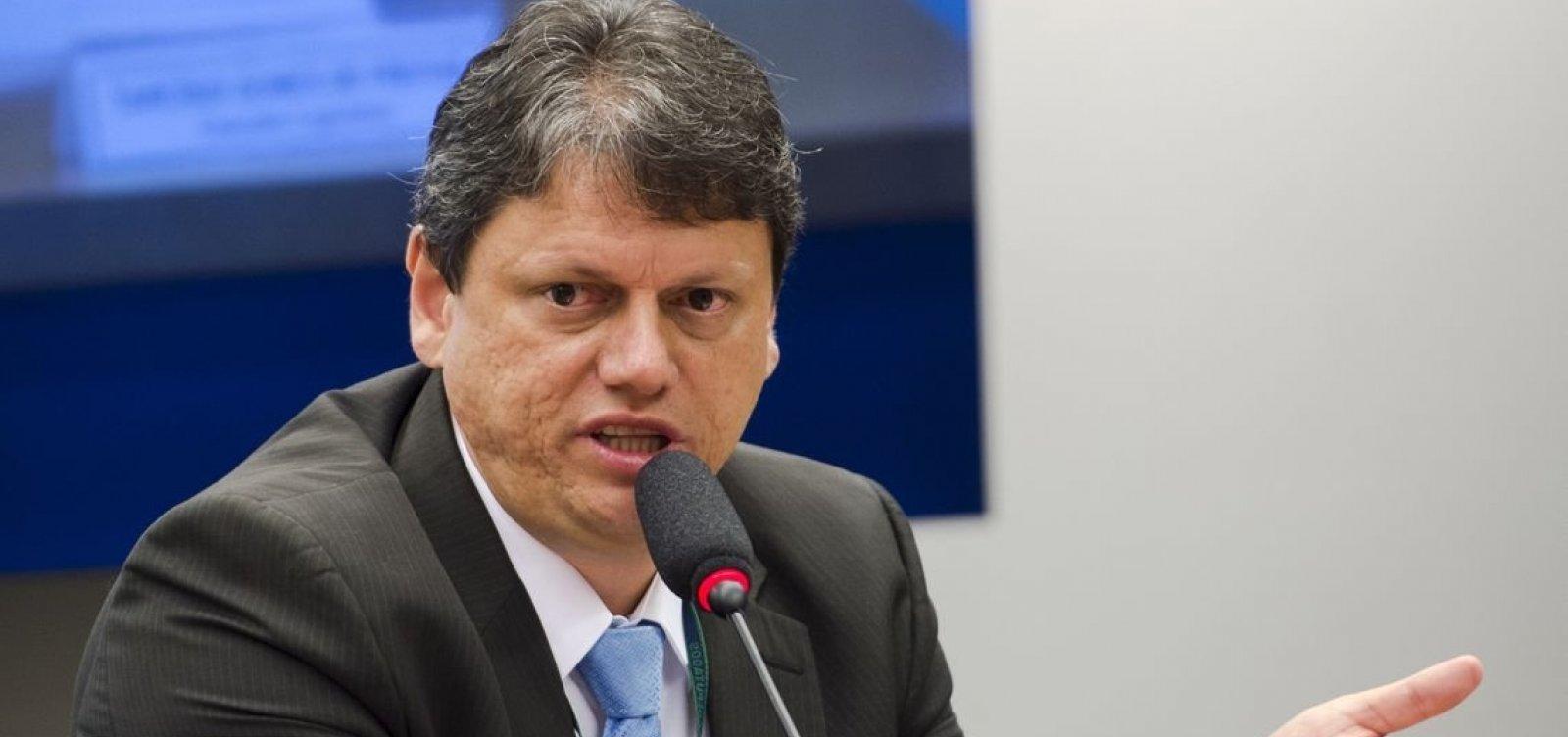 [Governo quer fim da taxa extra para voos internacionais, diz ministro]