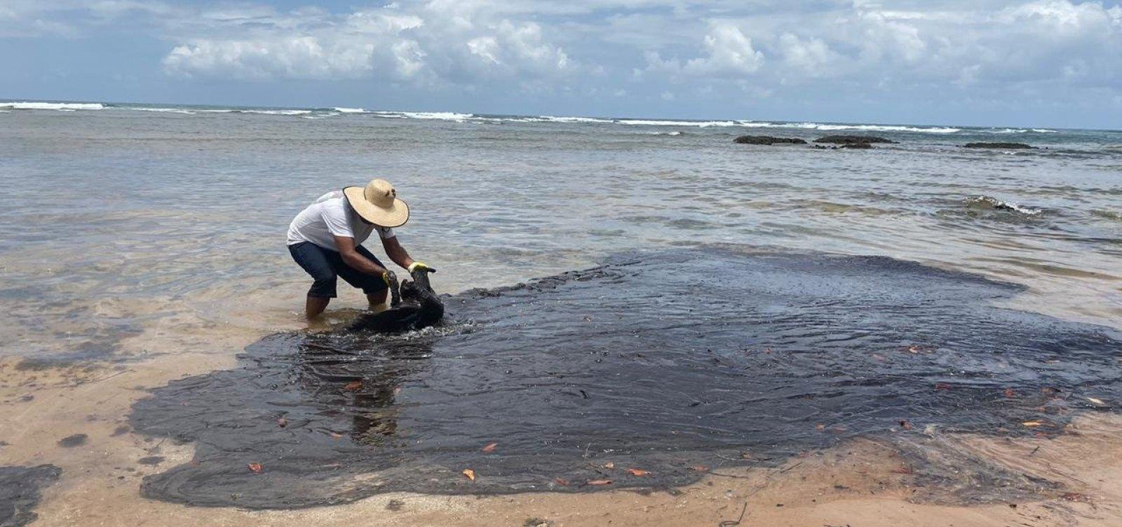 [Manchas de óleo são encontradas em praias de Canavieiras]