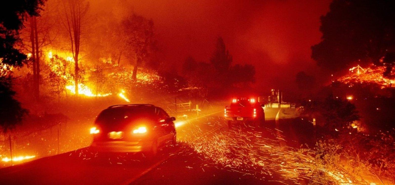 [Incêndios na Califórnia forçam evacuação de 180 mil pessoas]
