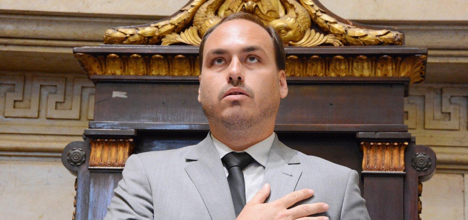 [Carlos Bolsonaro presta depoimento e revela discussão com assessor de Marielle]
