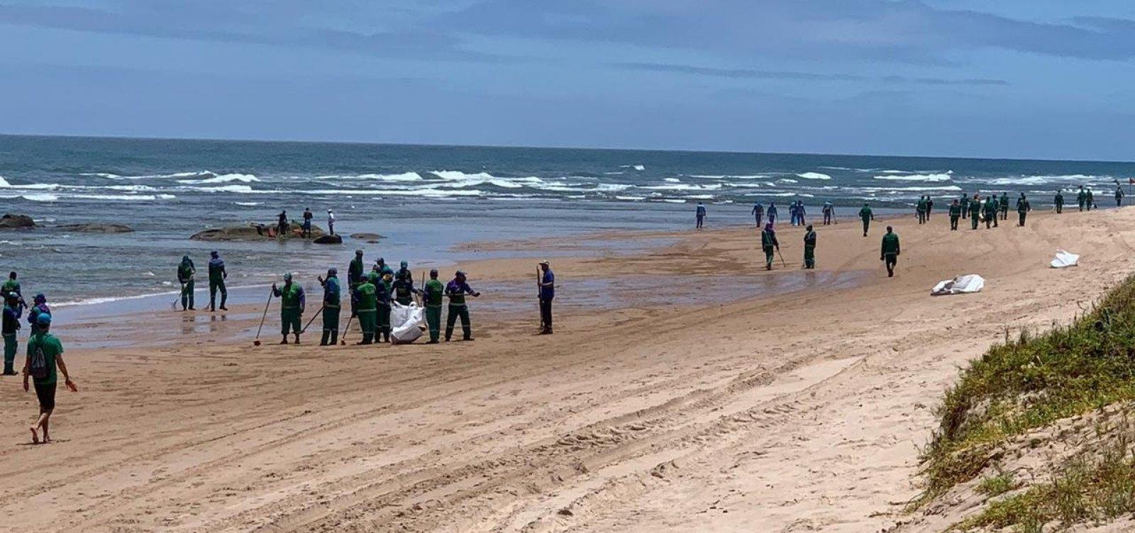 [Após reaparecimento de manchas em Stella Maris, Limpurb recolhe mais de uma tonelada de óleo na praia]