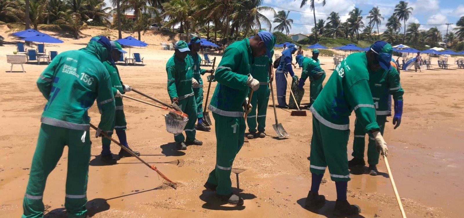 [Cerca de 4,5 toneladas de óleo são retiradas das praias de Salvador neste sábado]