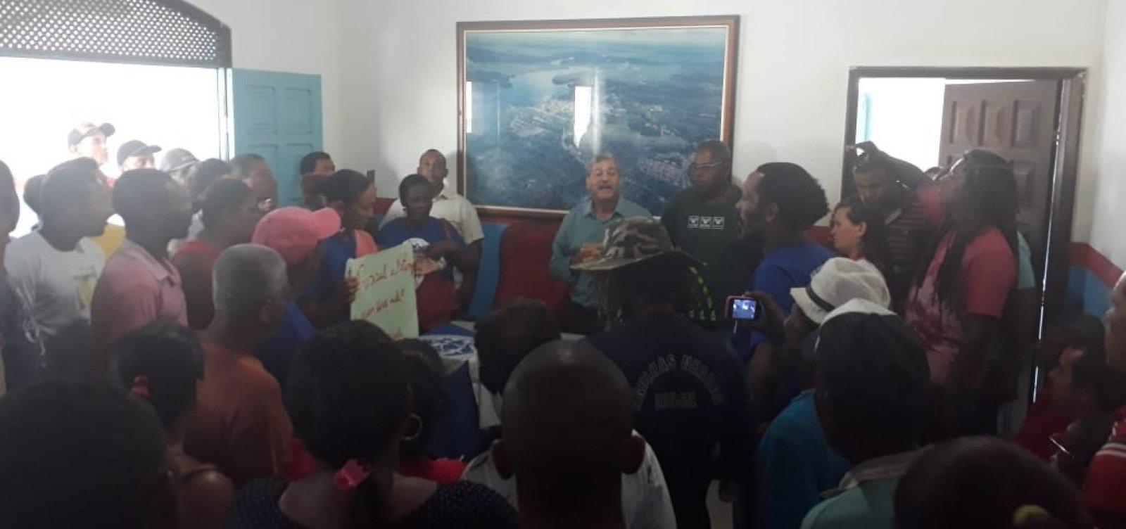 [Taperoá: pescadores ocupam prefeitura e pedem soluções para prejuízos causados por óleo]