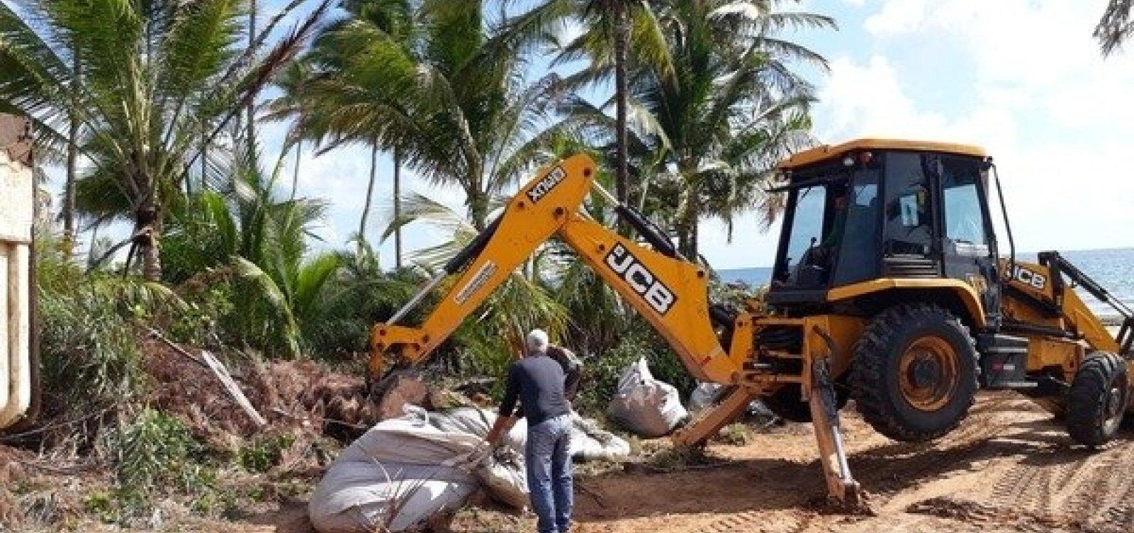 [Óleo recolhido das praias de Maraú é descartado irregularmente em lixão do município]