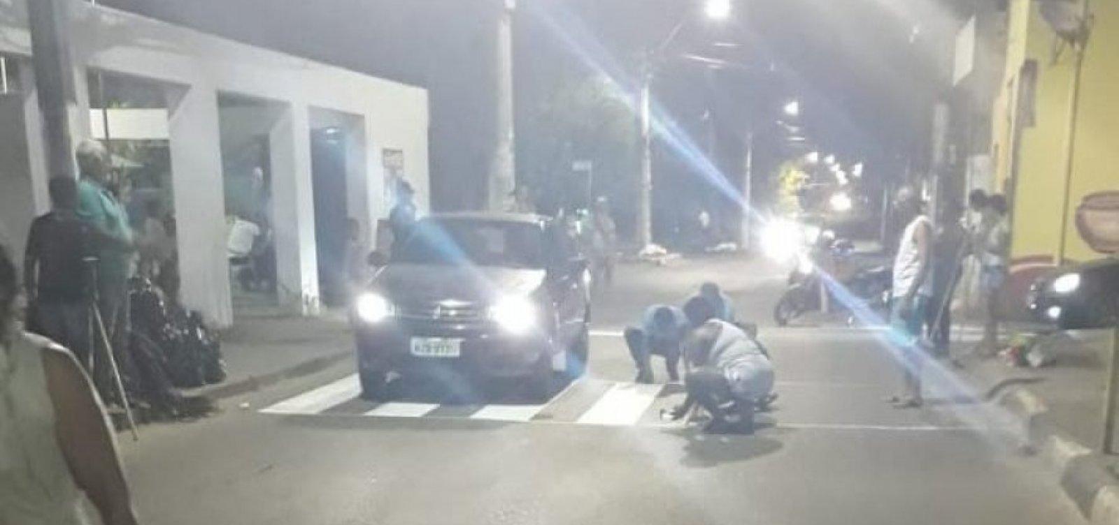 [Vídeo: Moradores param o trânsito para pintar faixa de pedestre em Lauro de Freitas]