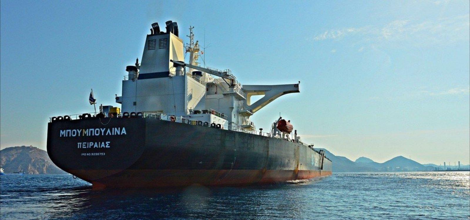 [Dois entre cinco navios notificados não transportavam petróleo da Venezuela, diz agência]
