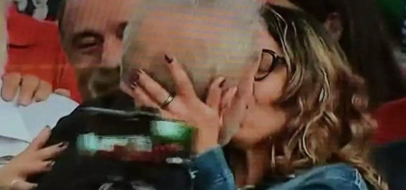 [Lula anuncia casamento e beija namorada em discurso]