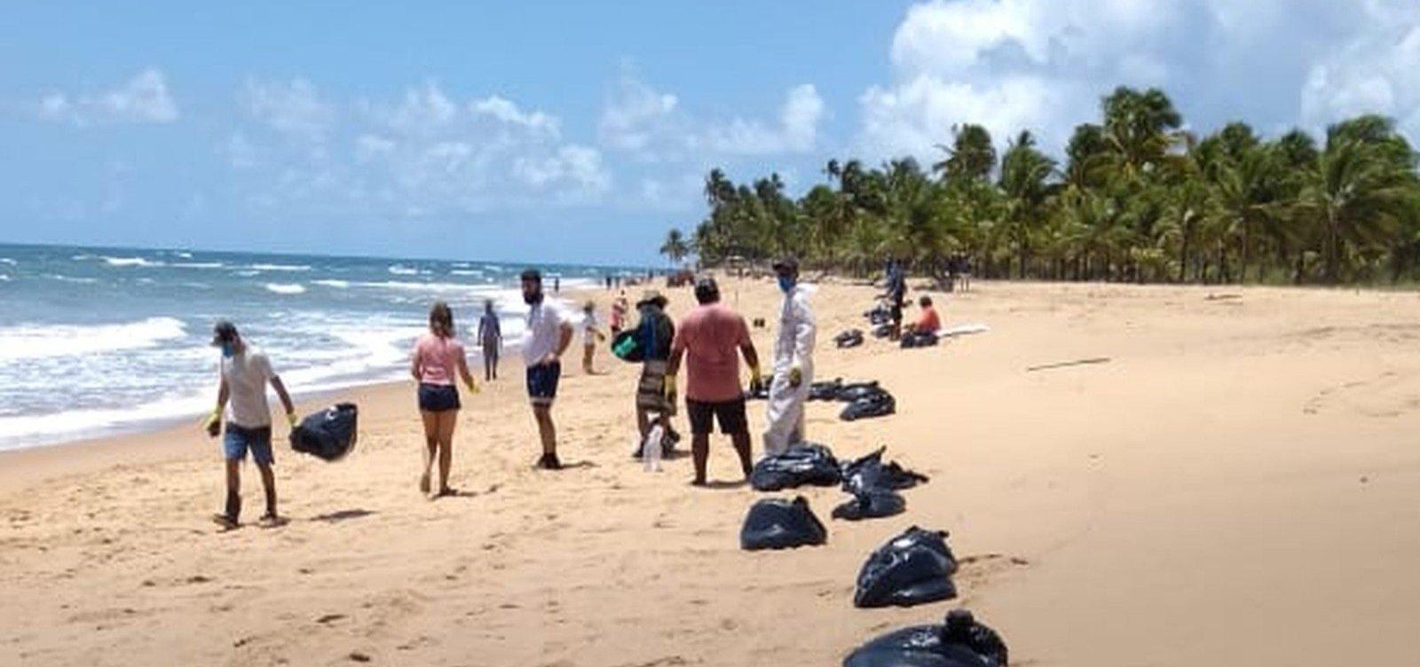 [Novas manchas de óleo chegam à praia do Cassange na Península de Maraú]