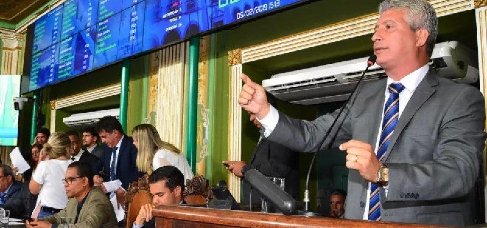 [Carballal entrega vice-liderança na Câmara de Salvador após Neto vetar seu projeto]