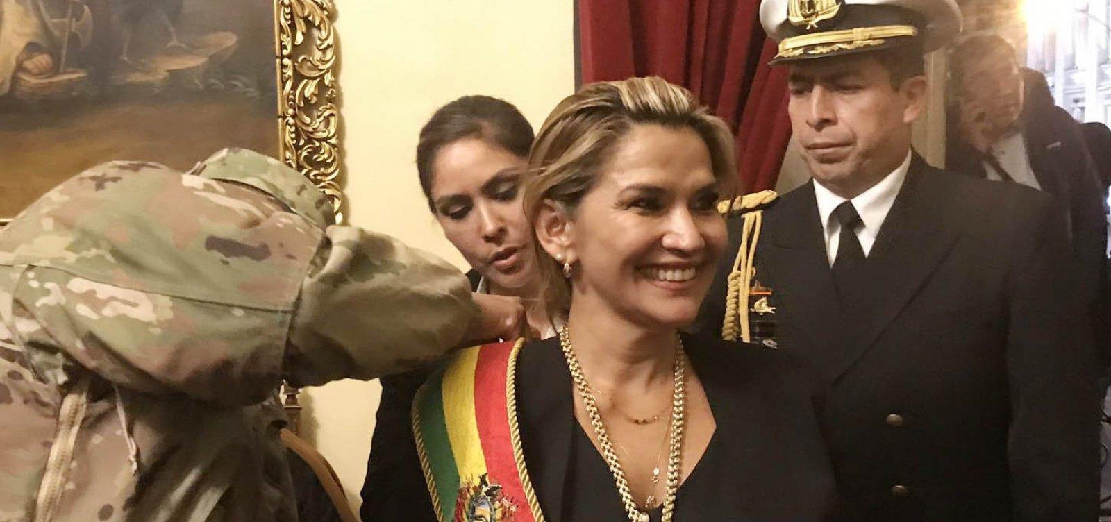 [Presidente interina se aproxima de militares na Bolívia]