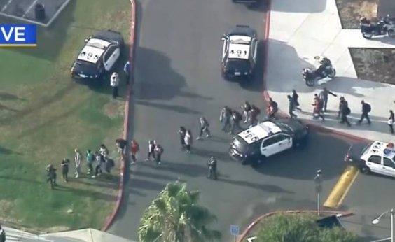 [Homem invade escola nos Estados Unidos e atira contra alunos]