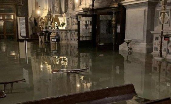 [Maré alta volta a inundar Veneza]