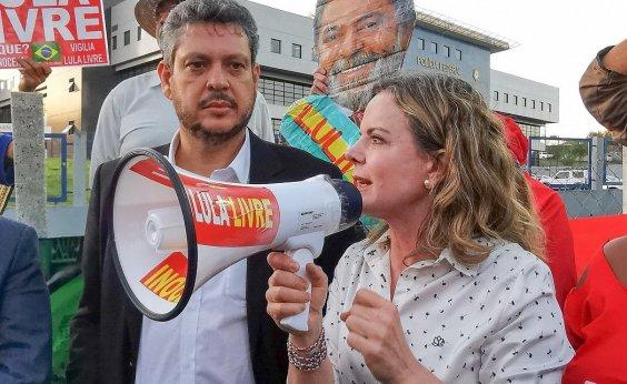 [Gleisi acena a siglas de esquerda e diz que Lula não fechou portas para alianças]