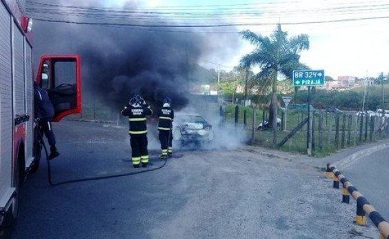 [Carro pega fogo em Porto Seco Pirajá]