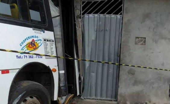 [Ônibus desgovernado invade casas e imóveis são interditados em Camaçari]