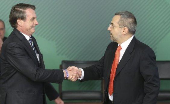 [Bolsonaro diz que, por enquanto, não pretende tirar Weintraub de comando do MEC]