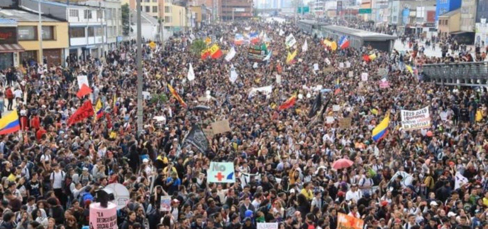 [Milhares de colombianos vão às ruas contra políticas de Duque]
