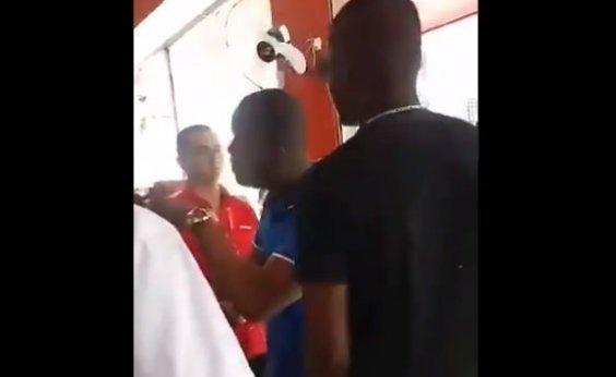 [Vídeo: Pai acusa funcionário da Le Biscuit de injúria racial em Cruz das Almas]