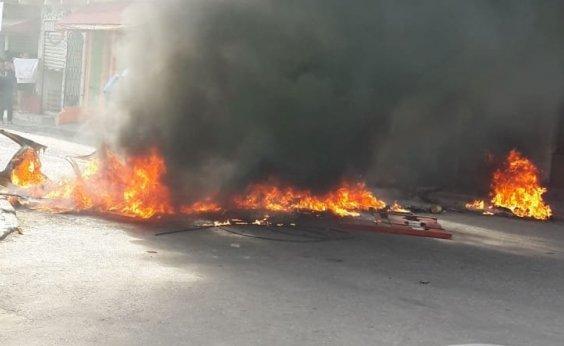 [Grupo de manifestantes bloqueia trecho da Estrada das Barreiras e queima objetos na pista]