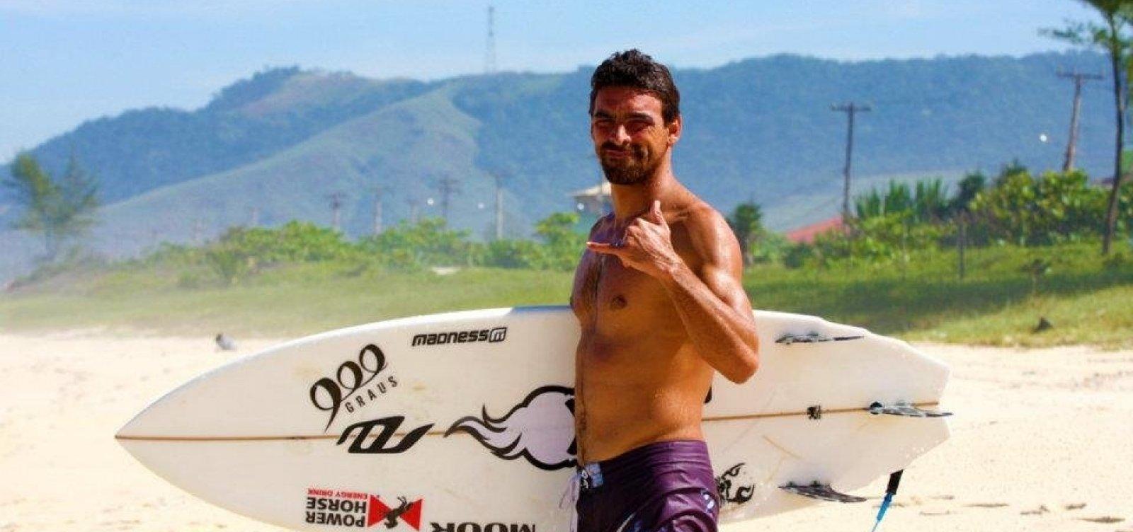 [Surfista bicampeão brasileiro morre afogado após mal-estar durante competição]