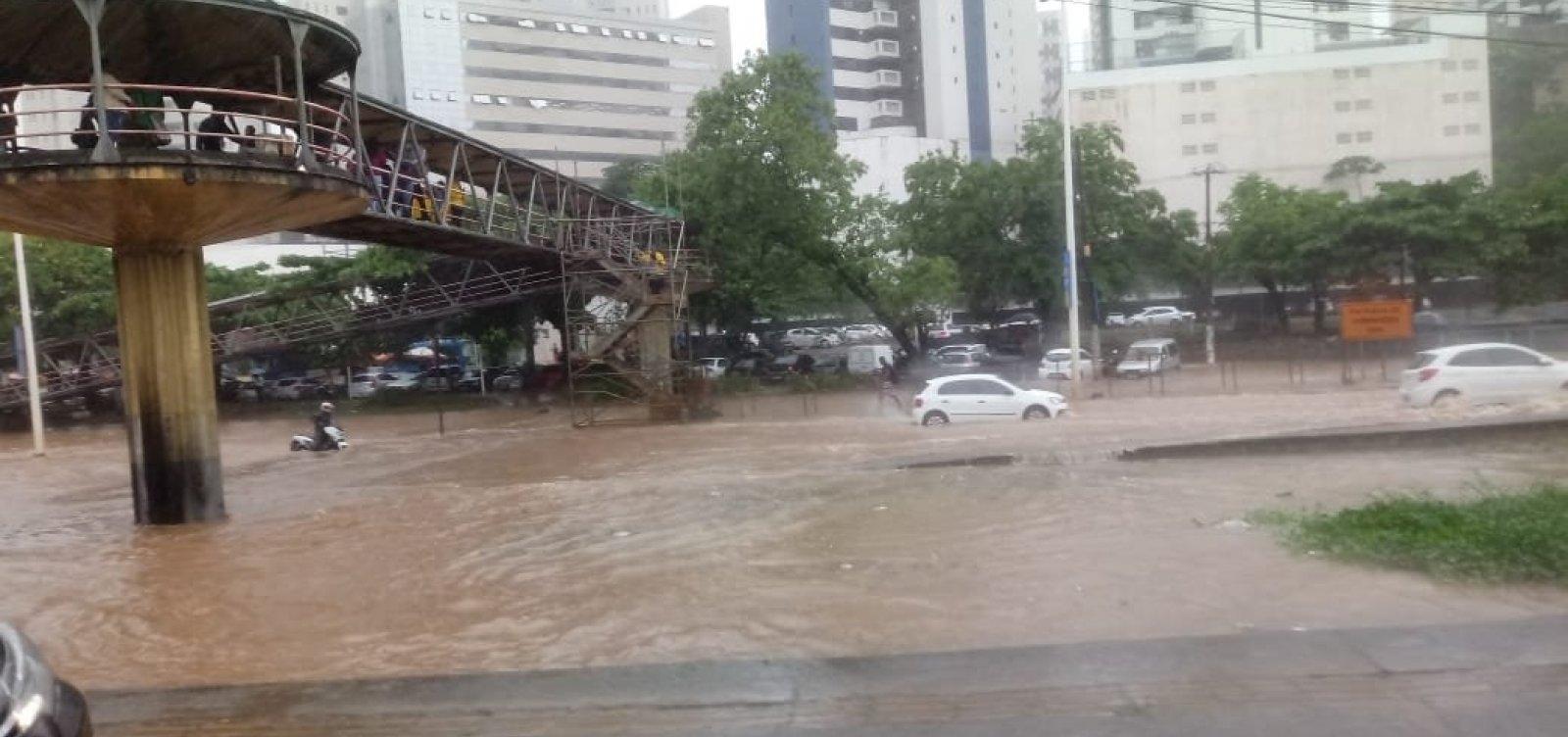 [Chuva em Salvador: motoristas enfrentam alagamentos e Codesal registra quase 40 ocorrências]