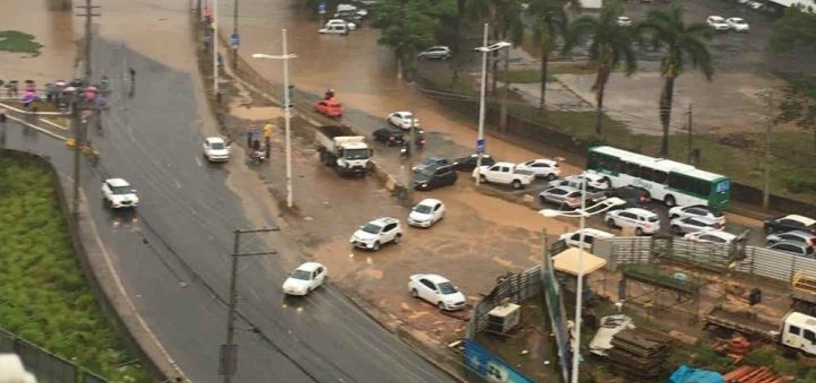 [Avenida ACM fica alagada após chuva em Salvador; veja vídeo]