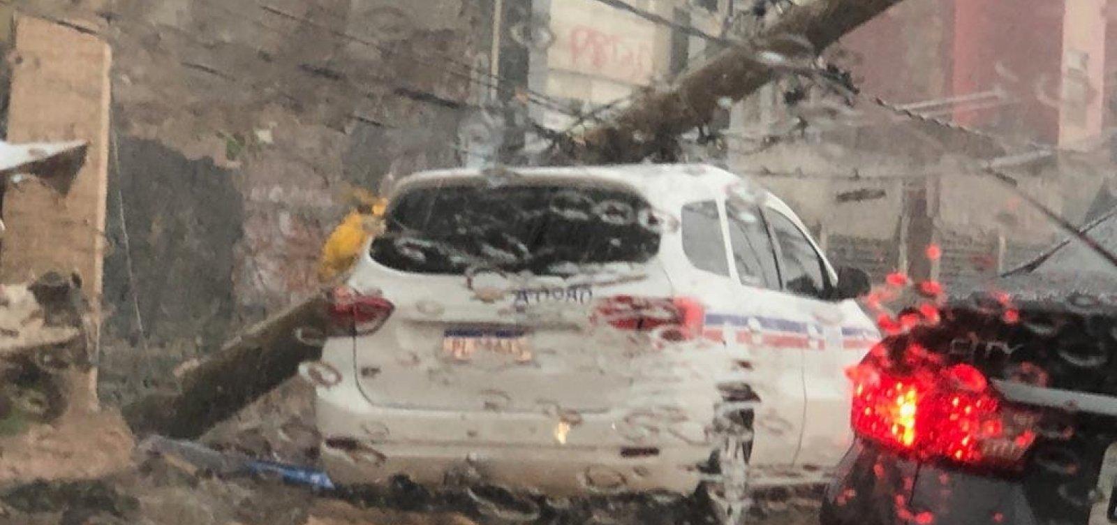 [Chuva em Salvador: muro desaba e poste atinge táxi na Avenida Amaralina]