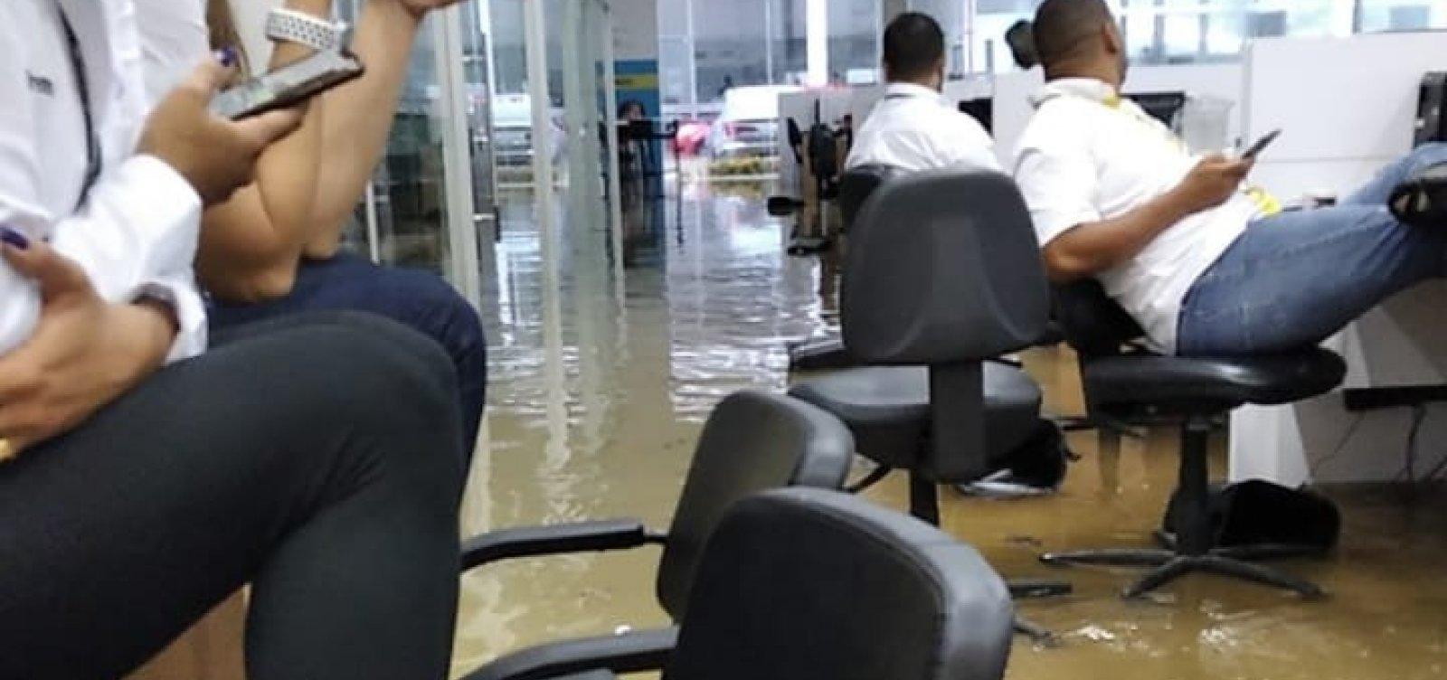 [Concessionária é invadida pela água da chuva em Salvador; veja vídeo]