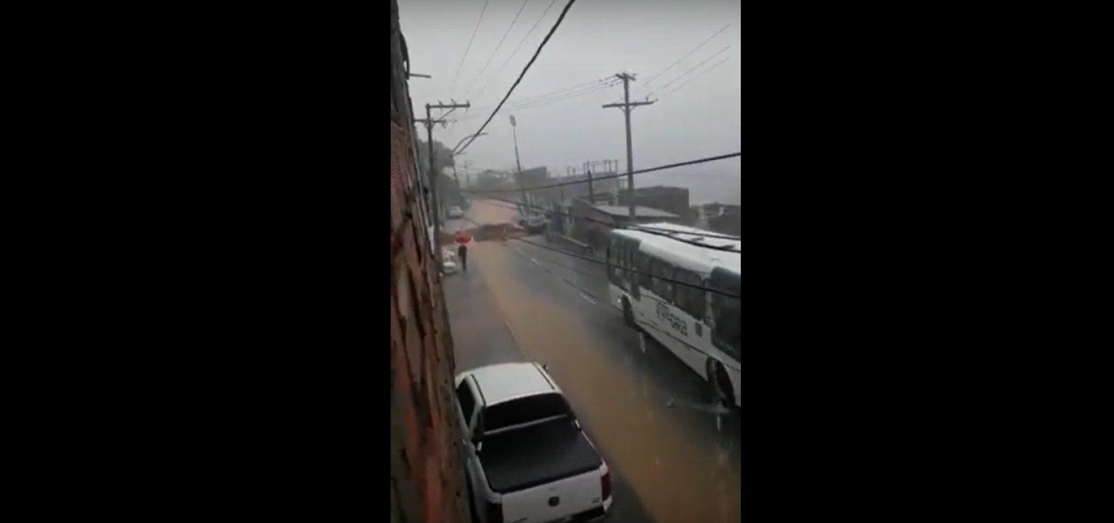 [Trecho da Ladeira do Cacau cede com fortes chuvas em Salvador]