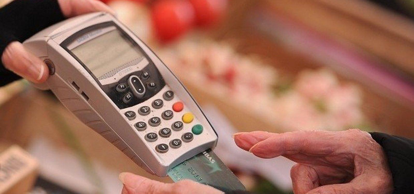 [Juros do cartão de crédito chegam a 317% em outubro]
