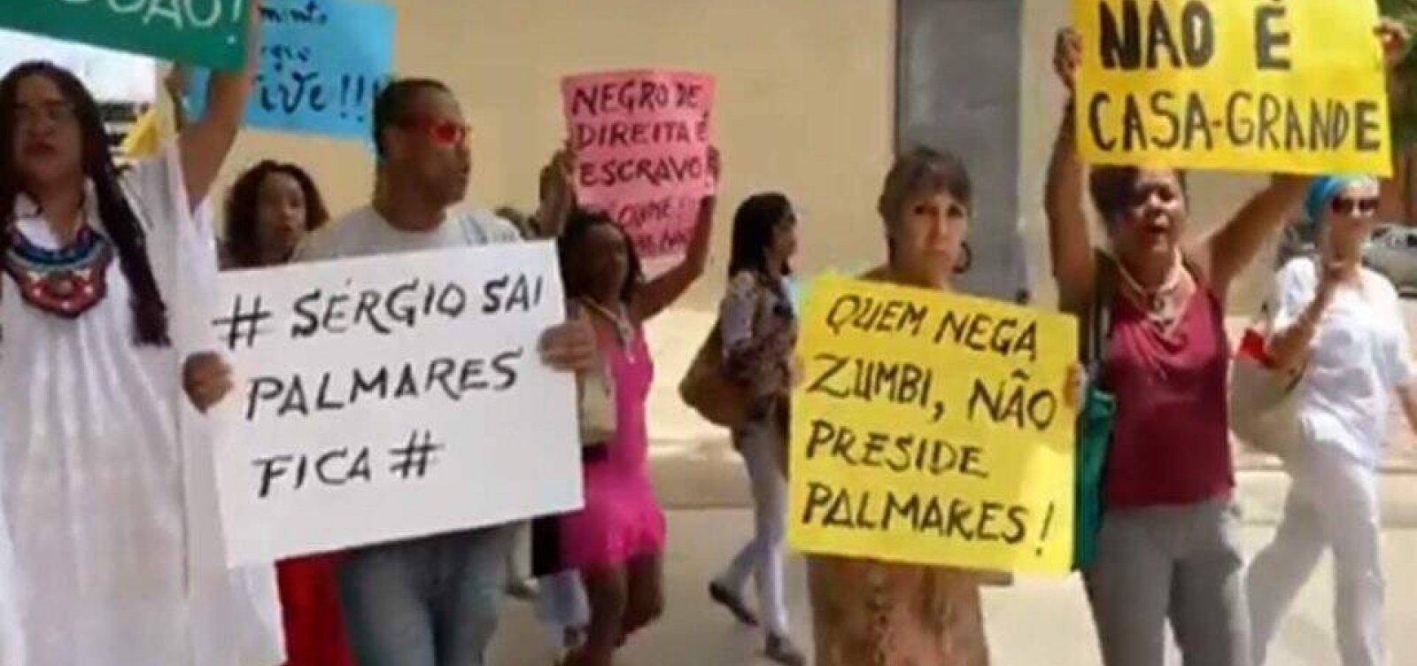[Manifestantes fazem protesto na Fundação Palmares contra novo presidente]