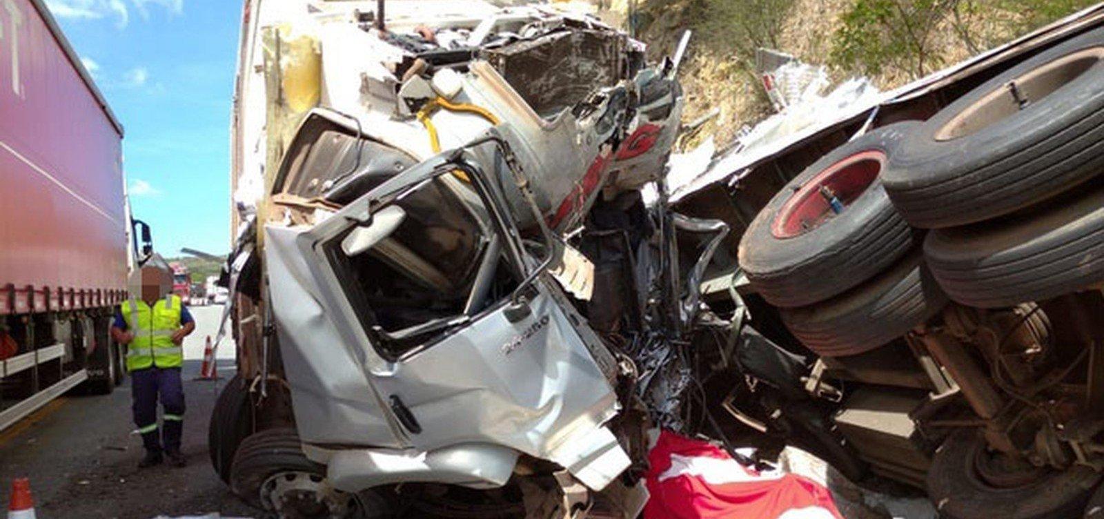 [Homem morre em acidente entre carretas e caminhão na BR-116]