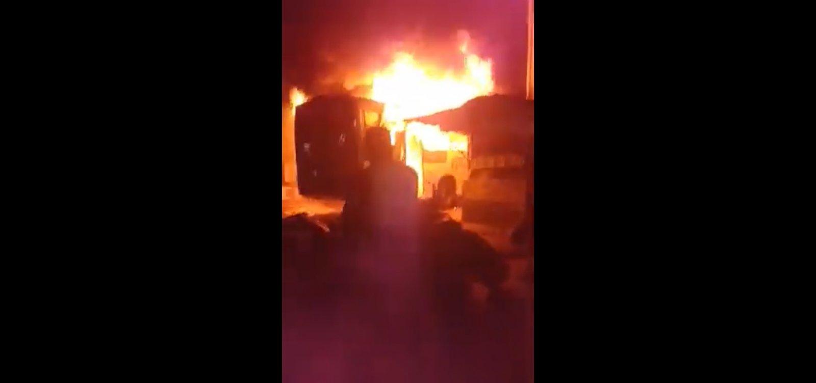 [Ônibus é incendiado e veículos param de circular no final de linha de Sussuarana]