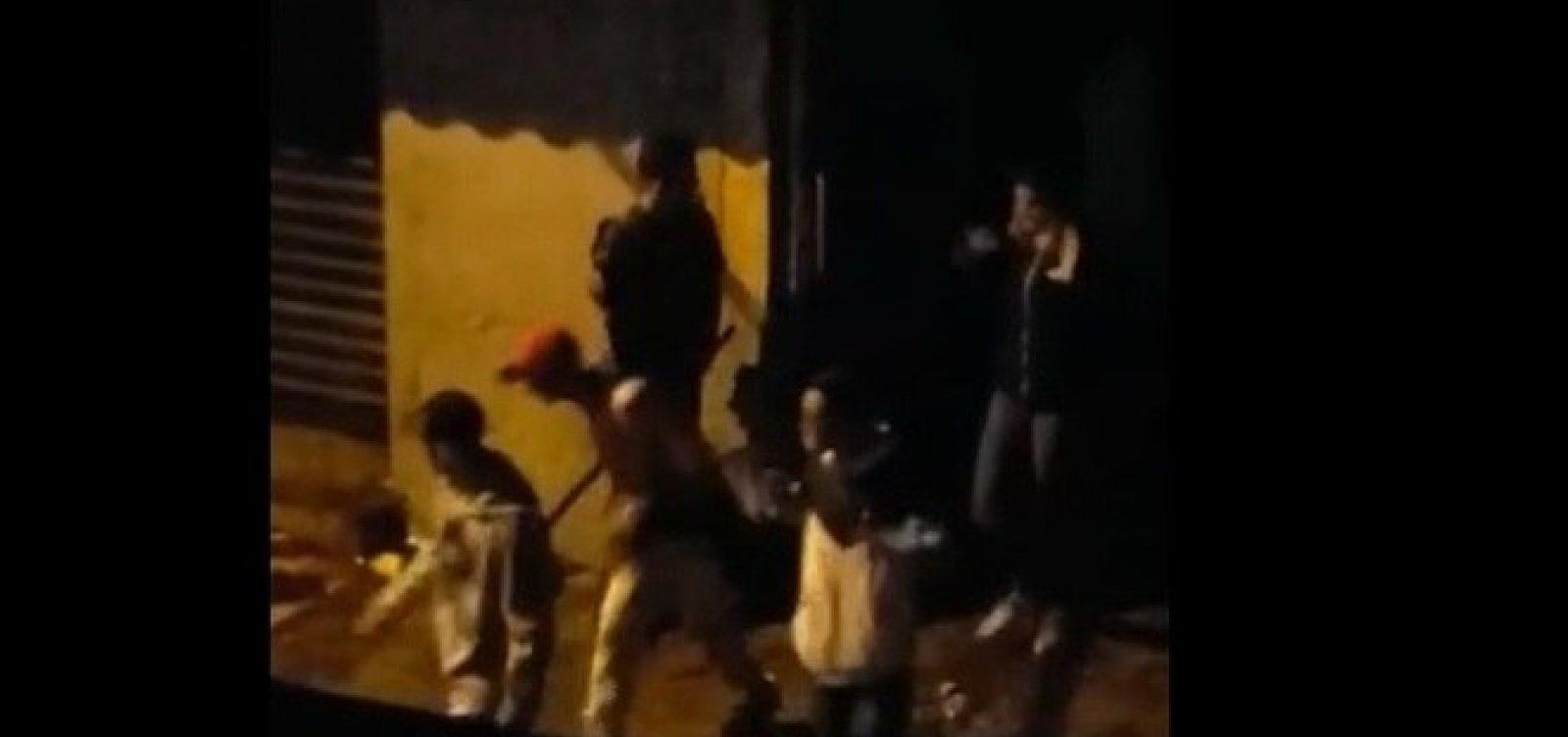[Policial que agride jovens com barra em Paraisópolis foi afastado, diz PM]