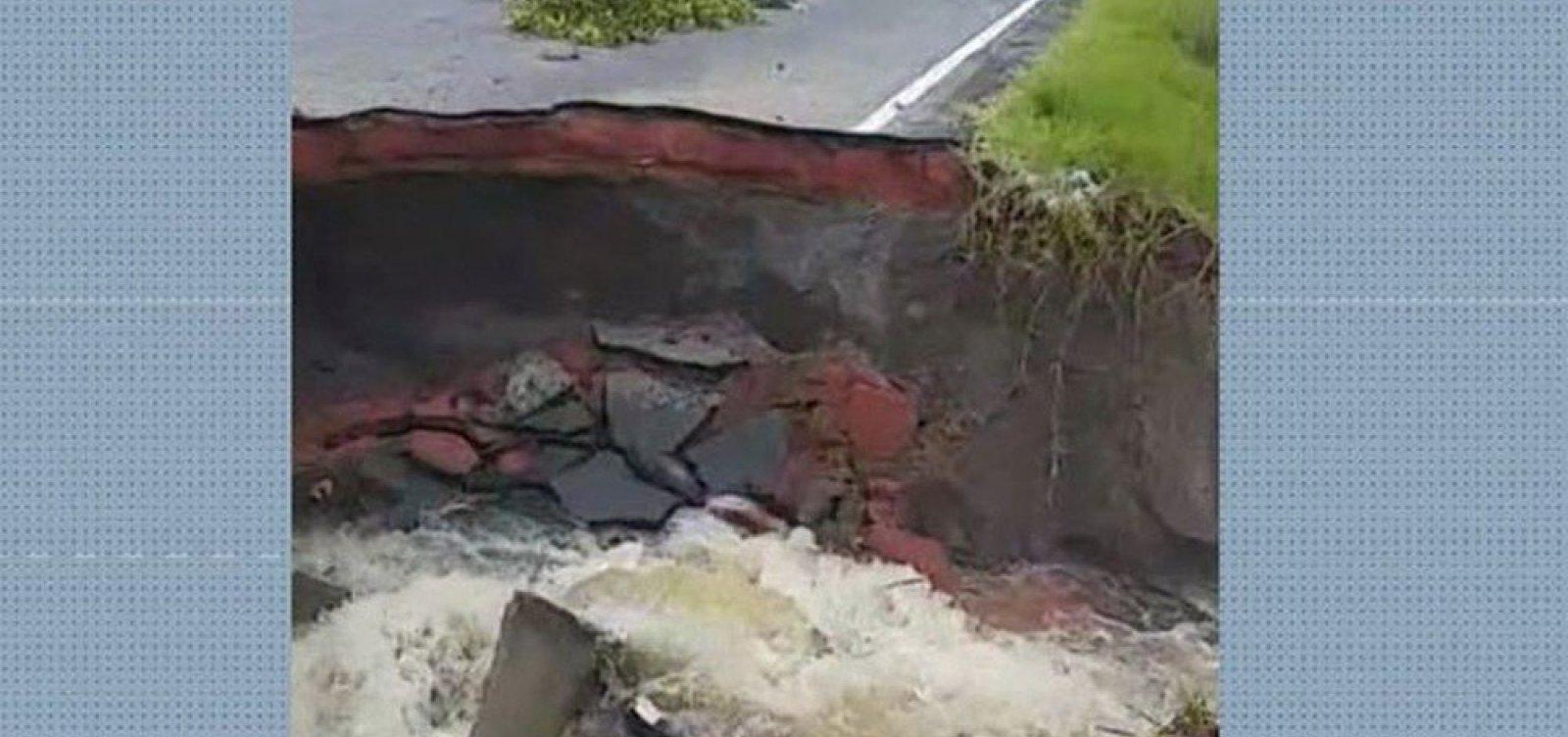 [Cratera se abre na BA-001 e pista é interditada parcialmente no sul da Bahia]