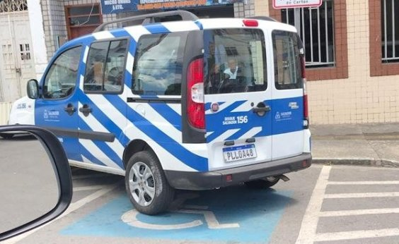[Carro da Prefeitura de Salvador é flagrado estacionado atravessado entre local proibido e vaga de deficiente]