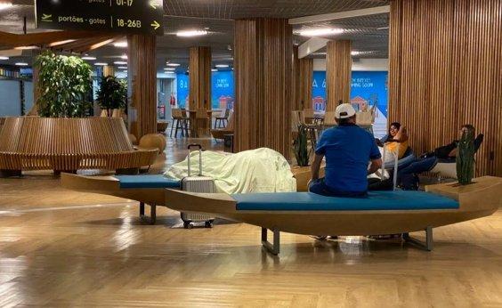 [Após inauguração de obras, passageiros dormem em bancos do aeroporto de Salvador]
