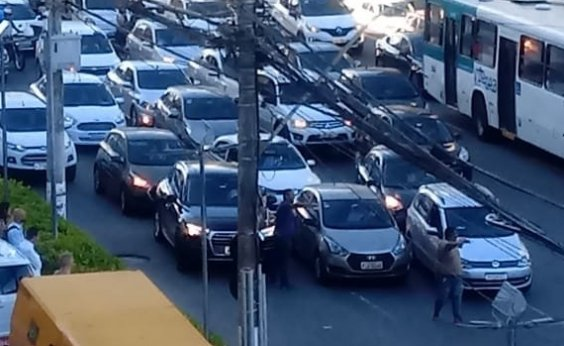 [Carreata de motoristas do Uber fecha Avenida Tancredo Neves]