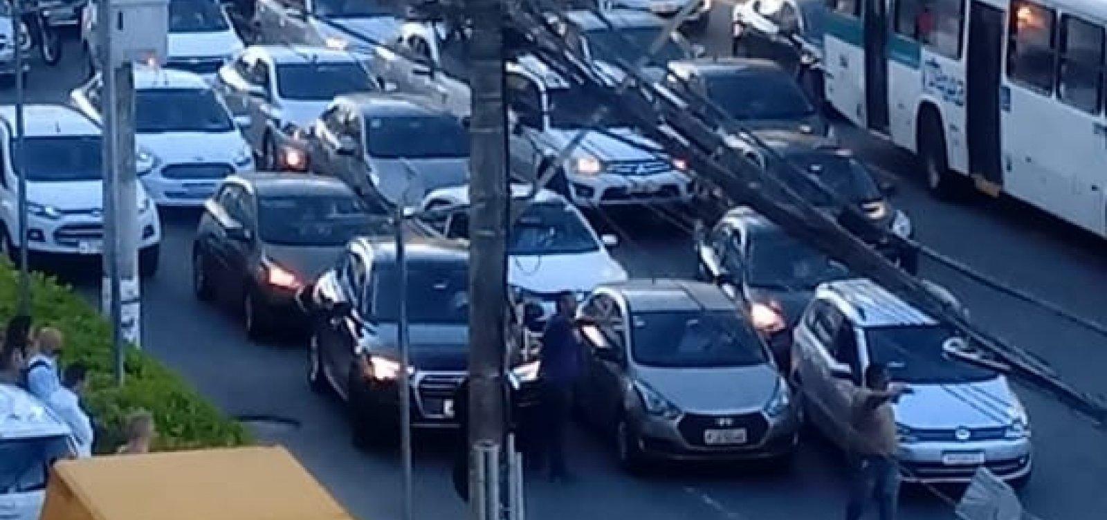 [Carreata de motoristas do Uber fecha Avenida Tancredo Neves]