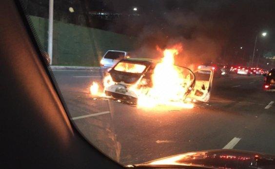 [Carro pega fogo na AvenidaTancredo Neves e trânsito segue intenso]
