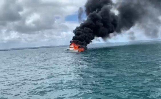 [Lancha particular pega fogo próxima à Marina de Itaparica]