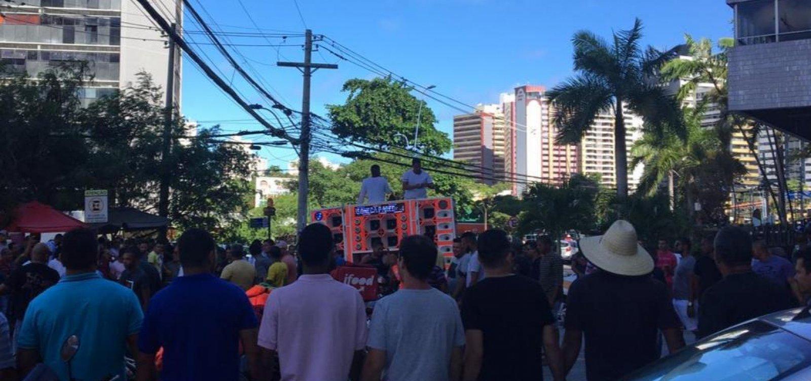 [Manifestantes travam Avenida Tancredo Neves em ato em frente ao Uber]