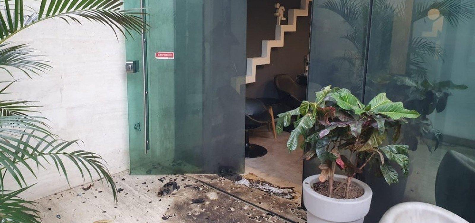 [Imagens mostram placa de caminhonete e criminosos com capuzes após ataque ao Porta dos Fundos]