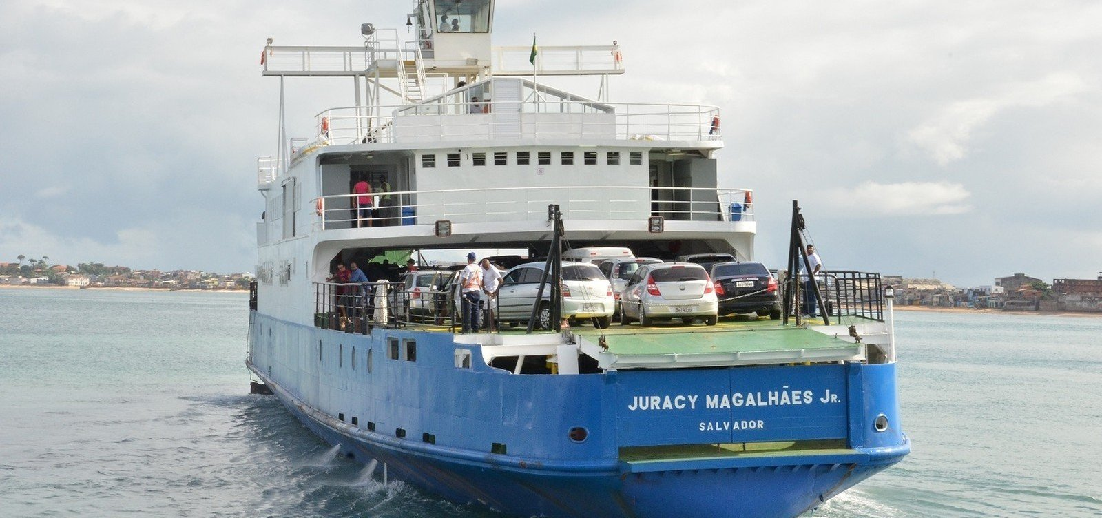 [Veículos esperam três horas para embarcar no Ferry de Salvador na manhã de hoje]