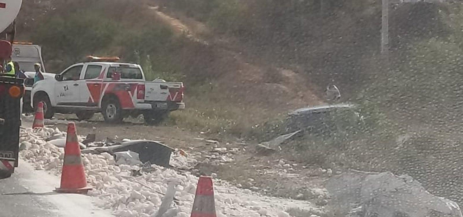 [Acidente entre caminhão-cegonha e caçamba deixa pelo menos dois feridos na BR-116]